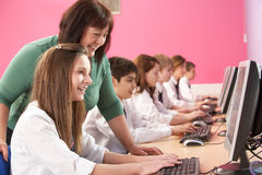 Allievi adolescenti in ESSO codice categoria che per mezzo dei calcolatori Fotografia Stock