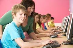 Allievi adolescenti in ESSO codice categoria che per mezzo dei calcolatori Fotografie Stock