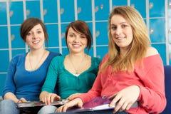Allievi adolescenti femminili che si distendono da Lockers Fotografia Stock