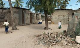 Allievi africani su una via del villaggio a Zanzibar Fotografie Stock Libere da Diritti