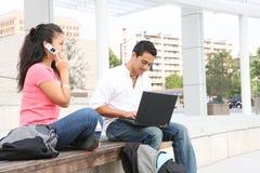 Allievi al banco che studiano sul computer portatile Fotografia Stock Libera da Diritti