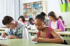 Allievi alla lezione nella scuola Immagini Stock Libere da Diritti