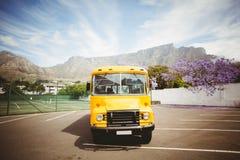Allievi aspettanti dello scuolabus giallo Fotografie Stock Libere da Diritti