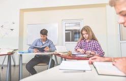 Allievi attenti absorbedly che studiano alla classe Immagine Stock
