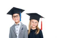 Allievi in cappelli di graduazione Fotografie Stock