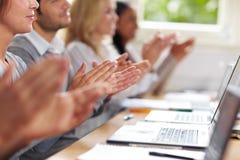 Allievi che applaudono le mani per Fotografie Stock