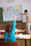 Allievi che ascoltano il loro insegnante alla mappa Immagini Stock Libere da Diritti