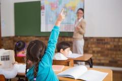 Allievi che ascoltano il loro insegnante alla mappa Fotografia Stock