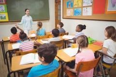 Allievi che ascoltano l'insegnante durante la classe Fotografia Stock