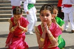 Allievi che ballano in costumi indiani per il 23 aprile Immagine Stock