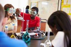 Allievi che effettuano esperimento nella classe di scienza Fotografia Stock
