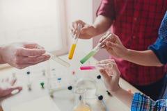 Allievi che effettuano ricerca in biochimica, istruzione del gambo Immagini Stock