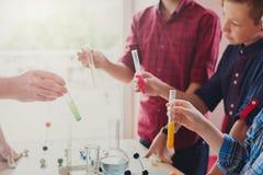 Allievi che effettuano ricerca in biochimica, istruzione del gambo fotografie stock libere da diritti