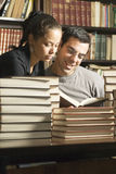 Allievi che esaminano i libri - verticale Fotografie Stock Libere da Diritti