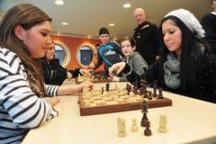 Allievi che giocano scacchi Immagini Stock Libere da Diritti