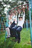 Allievi che giocano sulla rottura all'aperto Fotografie Stock Libere da Diritti