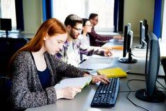 Allievi che lavorano ai calcolatori Immagini Stock Libere da Diritti
