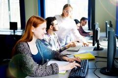 Allievi che lavorano ai calcolatori Immagine Stock Libera da Diritti