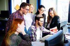 Allievi che lavorano ai calcolatori Fotografia Stock