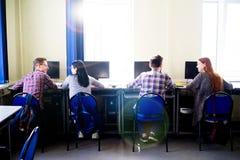 Allievi che lavorano ai calcolatori Fotografie Stock Libere da Diritti