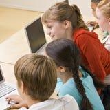 Allievi che lavorano ai computer portatili Immagine Stock
