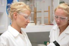 Allievi che lavorano nel laboratorio di chimica Fotografie Stock