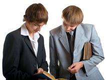 Allievi che leggono i libri Fotografia Stock