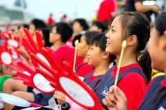 Allievi che per mezzo dei tamburi tenuti in mano durante il NDP 2009 Fotografia Stock