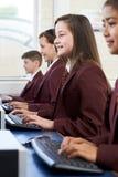 Allievi che portano uniforme scolastico nella classe del computer Fotografie Stock Libere da Diritti