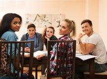 Allievi che preparano per gli esami Immagine Stock Libera da Diritti