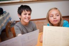 Allievi che ricevono il loro rapporto della scuola Fotografia Stock Libera da Diritti