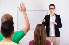 Allievi che rispondono alla domanda dell'insegnante Immagini Stock Libere da Diritti