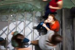 Allievi che scorrono veloce su e giù lle scala occupate Immagini Stock Libere da Diritti