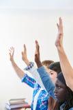 Allievi che sollevano le loro mani nella classe Immagini Stock Libere da Diritti