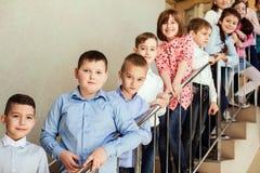 Allievi che stanno sulle scale Immagine Stock Libera da Diritti