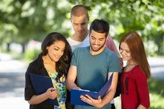 allievi che studiano all'esterno Fotografia Stock Libera da Diritti