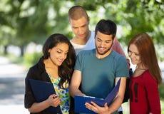 allievi che studiano all'esterno Fotografie Stock