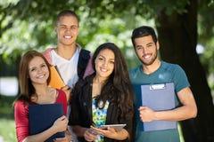 allievi che studiano all'esterno Fotografia Stock