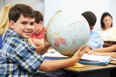 Allievi che studiano geografia in aula Immagini Stock Libere da Diritti
