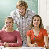 Allievi che studiano insieme nell'aula Immagini Stock Libere da Diritti