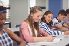 Allievi che studiano nell'aula Fotografia Stock