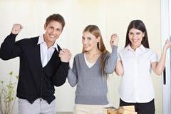 Allievi che tengono le mani ed incoraggiare Immagine Stock