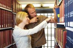 Allievi che trovano i libri Fotografia Stock