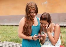 Allievi che usando la macchina fotografica della foto e del telefono mobile Fotografie Stock Libere da Diritti