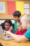 Allievi che utilizzano un computer portatile nella classe Fotografia Stock