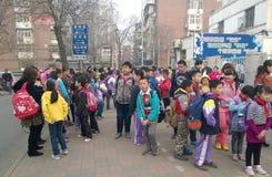 Allievi cinesi che aspettano per entrare in scuola Immagini Stock Libere da Diritti