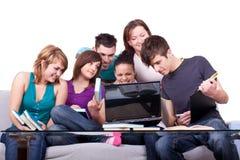 Allievi con i libri ed il computer portatile Fotografia Stock