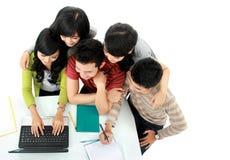 Allievi con il computer portatile Immagini Stock Libere da Diritti