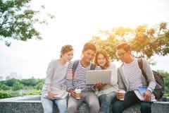 Allievi con il computer portatile Immagine Stock
