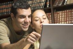 Allievi con il computer portatile - orizzontale Immagine Stock Libera da Diritti